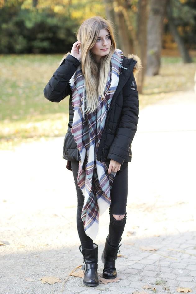 Modebloggerin kombiniert in ihrem Outfit warme Daunenjacke für den Winter