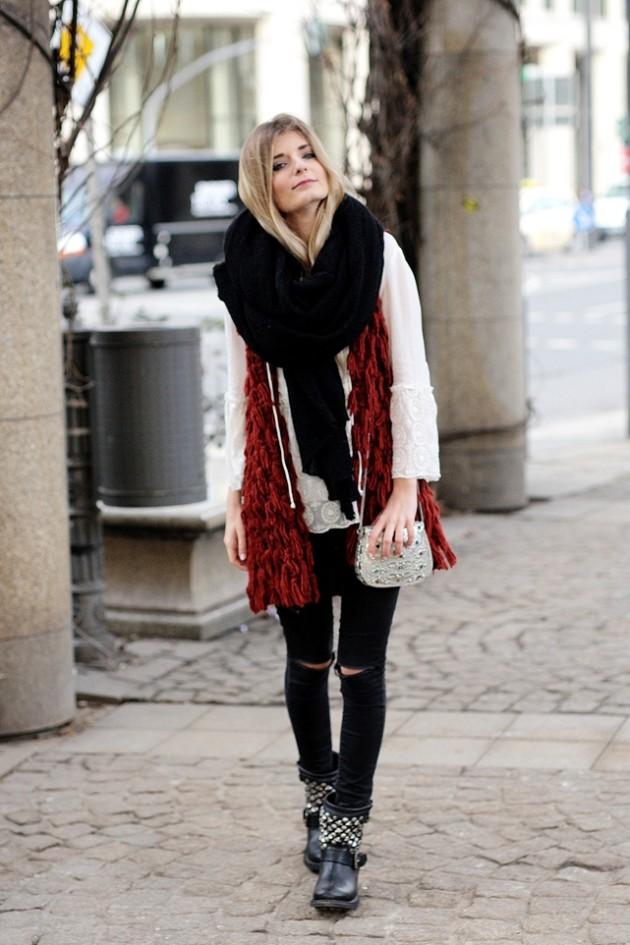 Modebloggerin Laura kombiniert eine rote Faux Fur Weste mit einer weißen Bluse und Skinny Jeans.
